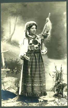 adler_-_costum_popular_romanesc_din_tulghes_tanara_nevasta_torcand